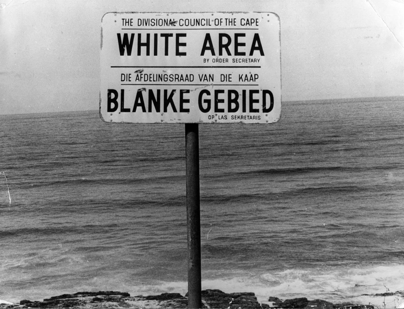 Een bord dat een 'Whites Only'-gebied in Apartheid aangeeft