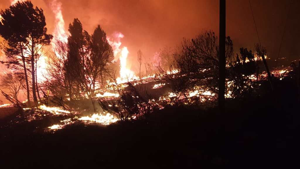 Battle to protect property as 'huge mountain fire' near Paarl spreads - News24