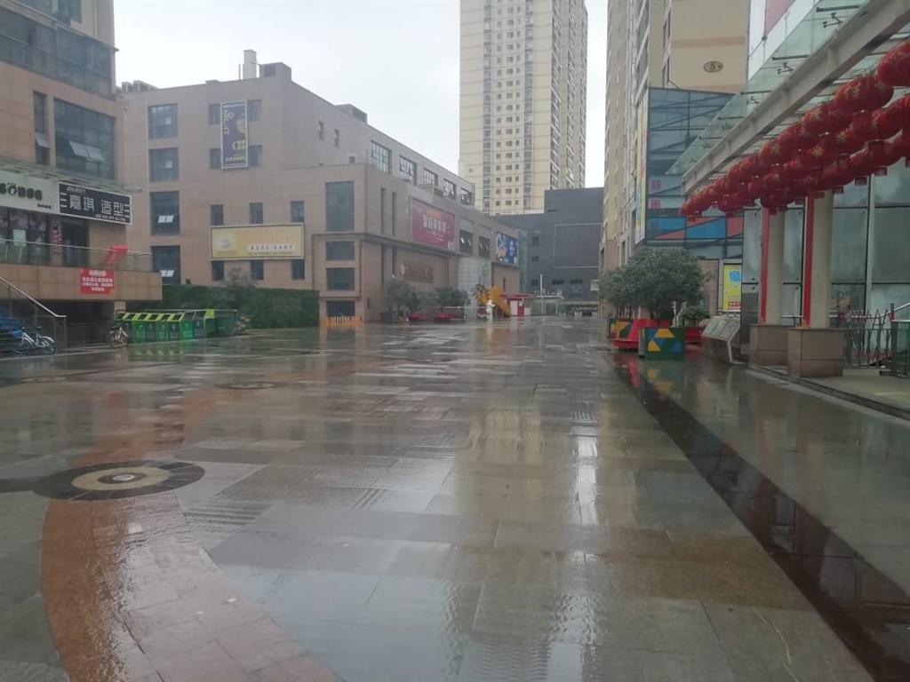 Foto's van die verlate strate van Wuhan, China soo