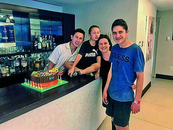 Ilana Gerschlowitz en haar drie seuns, Eli (agter)