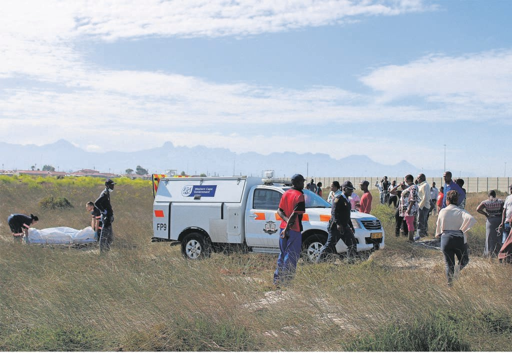 When pathology personnel removed the body of a man found lying dead in a bushy area on Friday 10 March, residents started going closer to the scene as they wanted to see the body. PHOTO: Mzwanele Mkalipi