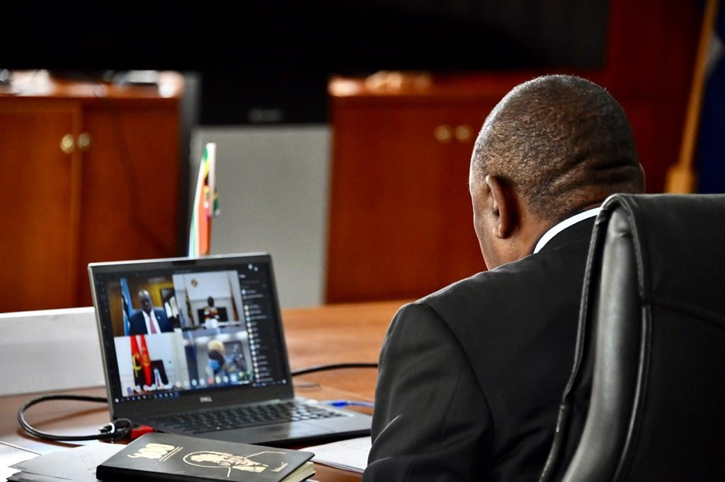 Cyril Ramaphosa chairing an AU meeting with South Africa's neighbouring countries.