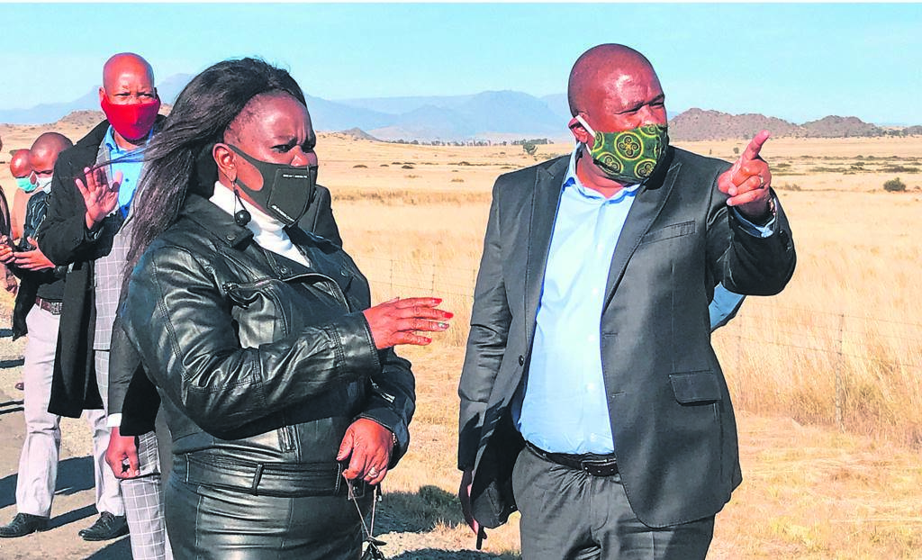 Inxuba Yethemba Municipality mayor Noncedo Zonke and Premier Oscar Mabuyane during a visit by the premier to a traffic control point outside Middelburg on the N10.  (Photo: ELSABÉ PIENAAR)