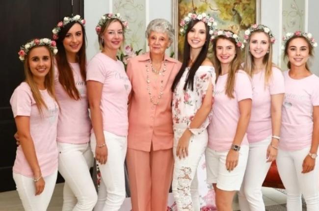 7 bridesmaids and grandma Enid Slabbert. (Photo: Supplied)