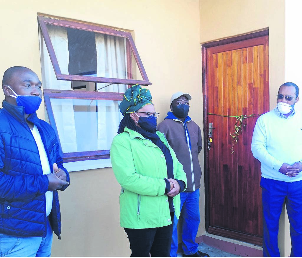 Beneficiary Nkosinathi Ntenda (second right) received an RDP house from Eastern Cape MEC for Human Settlements, Nonkqubela Pieters (second left), Kouga Executive Mayor, Horatio Hendricks (right), and Sarah Baartman Speaker, Mzimkhulu Njadayi, on Saturday.       Photo:SUPPLIED