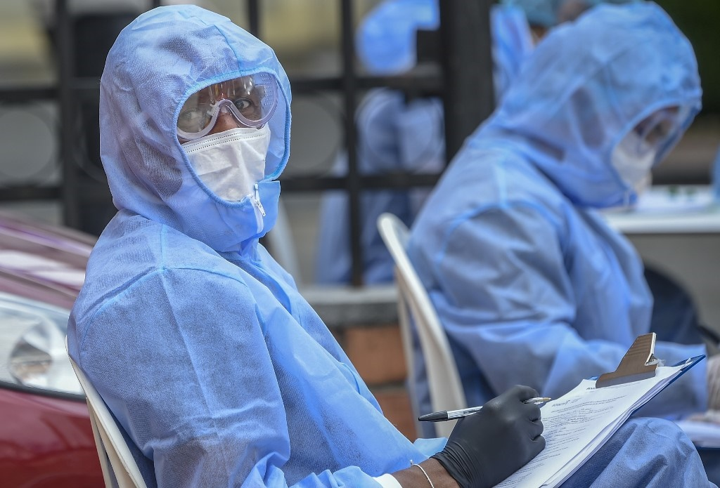 Health workers carry out Covid-19 tests.
