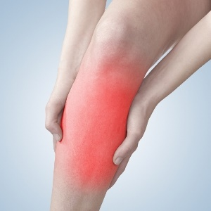 woman with arthritis in leg uses glucosamine