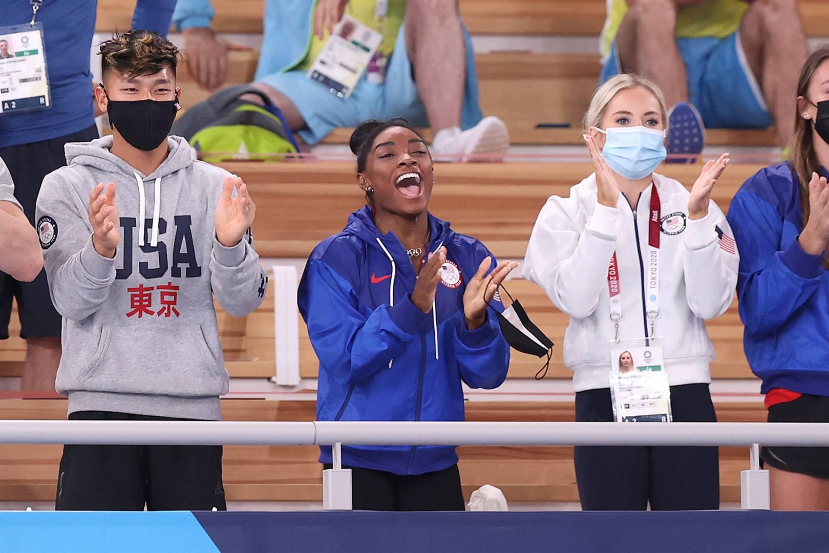 Simone Biles moedig haar spanmaats aan in Tokio. Foto: Getty Images