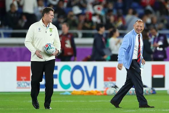 Eddie Jones (regs) en Rassie Erasmus groet mekaar op die rugbyveld.  Foto: Getty Images