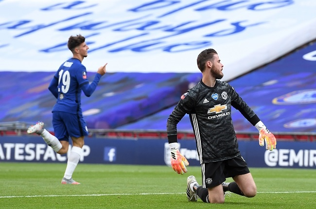 Manchester Uniteds Spanish goalkeeper David de Gea (R) reacts as Chelseas English midfielder Mason Mount (L) celebrates after scoring their second goal during the English FA Cup semi-final football match between Manchester United and Chelsea at Wembley Stadium in London. (Photo by Andy Rain / POOL / AFP)