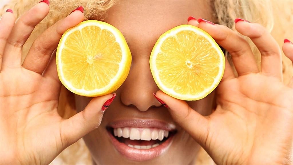 Dark skinned girl with fruits lemon slices,BÒ·¡u,ª