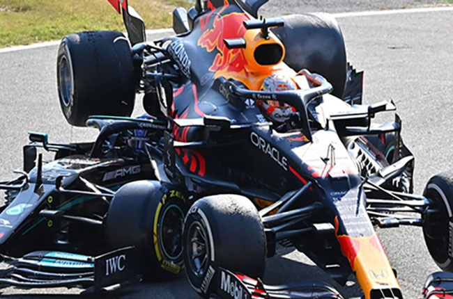 Max Verstappen of the Netherlands driving the (33) Red Bull Racing RB16B Honda and Lewis Hamilton of Great Britain driving the (44) Mercedes AMG Petronas F1 Team Mercedes W12 crash during the F1 Grand Prix of Italy at Autodromo di Monza on September 12, 2021 in Monza, Italy.