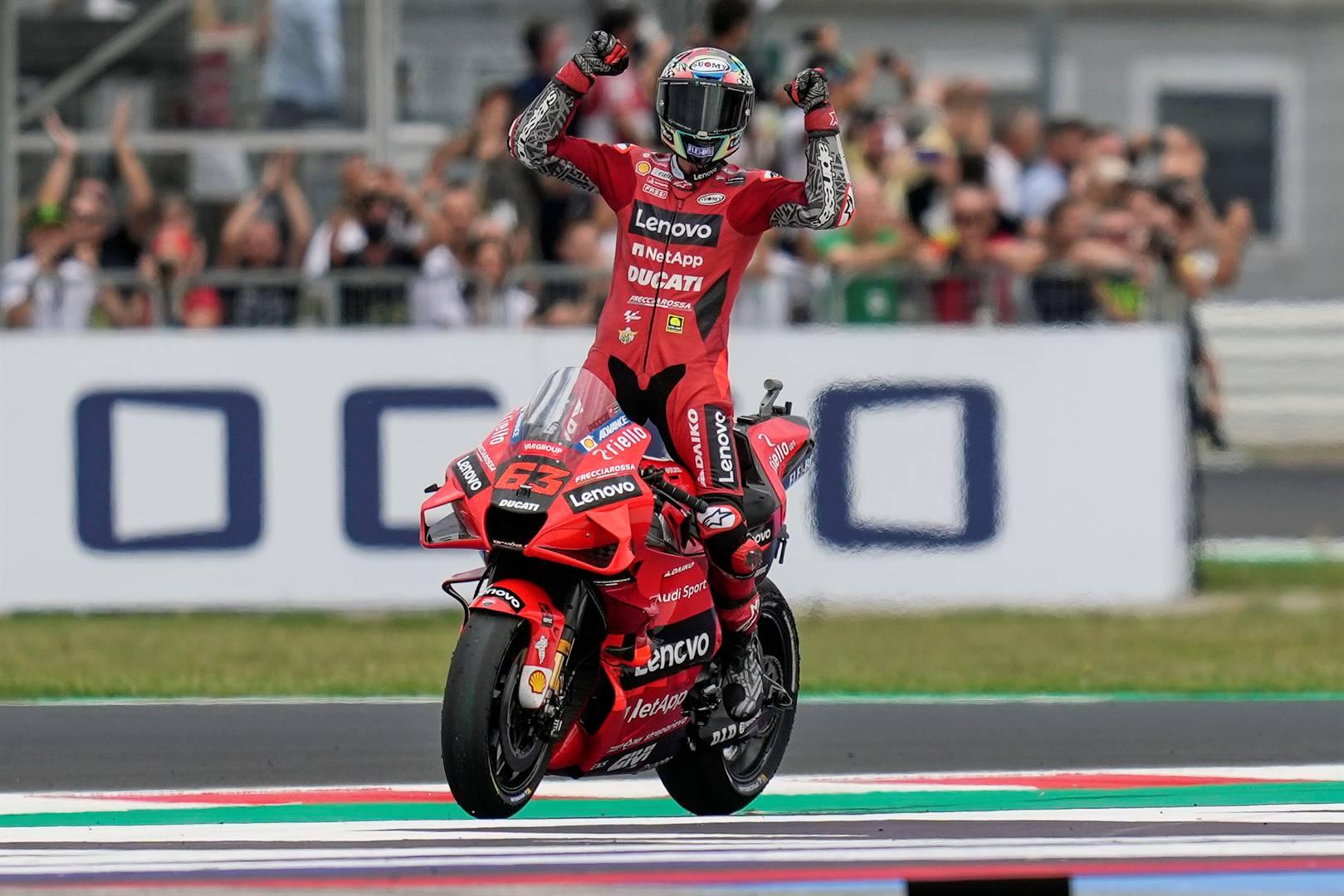 Francesco Bagnaia (Ducati) vier sy oorwinning in Sondag se San Marino-MotoGP in Misano, Italië. Foto: AP