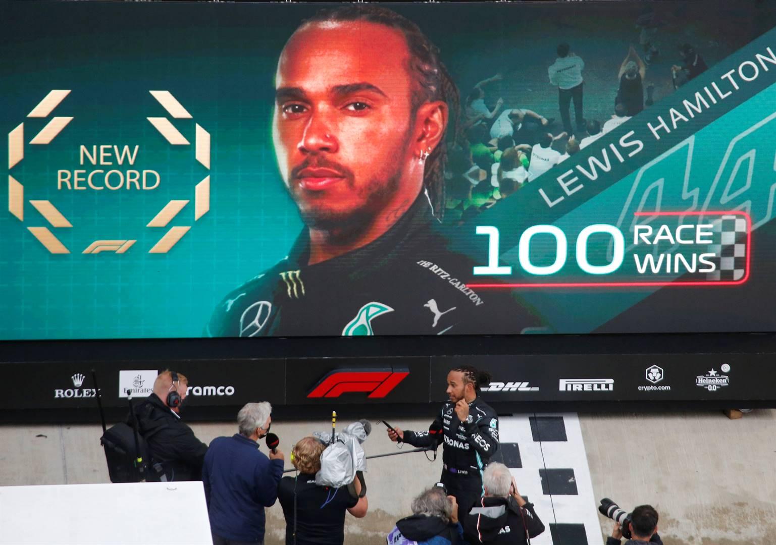 Lewis Hamilton nadat hy Sondag die Russiese Grand Prix in Sotsji gewen het en die rekordboeke met sy 100ste loopbaansege herskryf het. Foto: Reuters