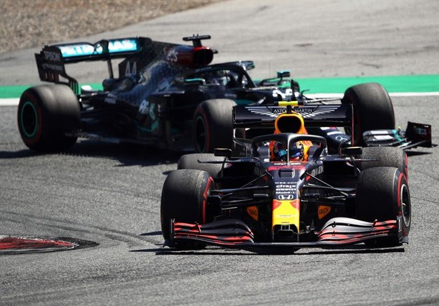 Red Bull driver Alex Albon leads Mercedes' Lewis Hamilton during the 2020 Austrian GP. Image: Bryn Lennon / Getty Images
