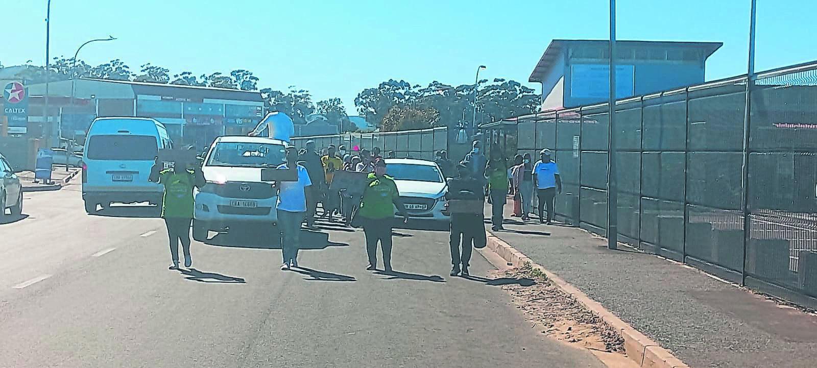 Inwoners en verskeie politieke partye het Dinsdag 5 Oktober na die plaaslike munisipale kantoor opgeruk nadat inwoners se water afgesny was.Foto: Murphy Roberts