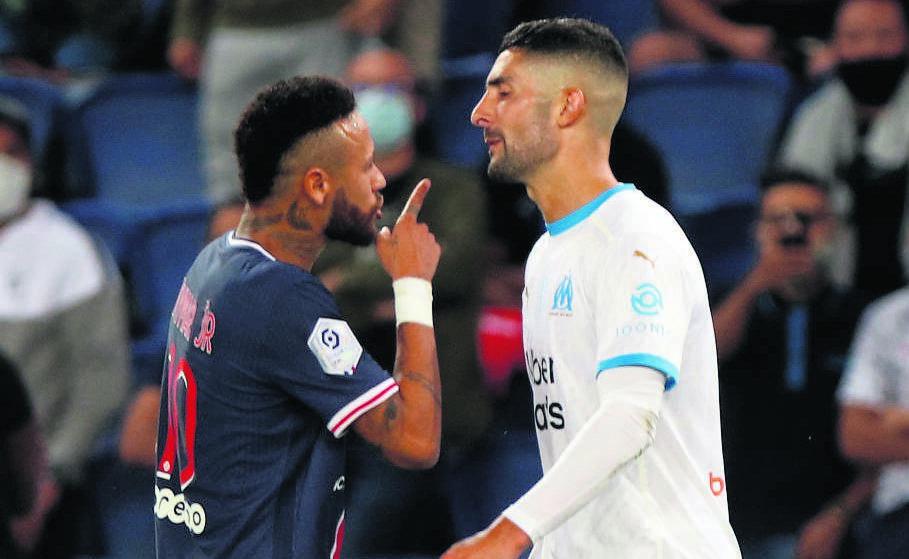 Paris Saint-Germain's Neymar (left) and Marseille's Álvaro González clash.