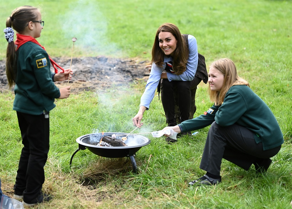 The Duchess of Cambridge roasts marshmallows (Photo: AFP/GALLO IMAGES)