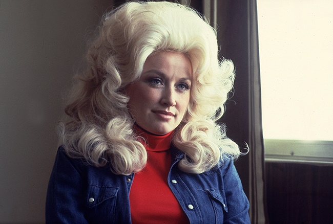 Portrait of Dolly Parton at the Holiday Inn in Chicago, Illinois, on 30 April 1977. (Photo: Paul Natkin/Getty Images)