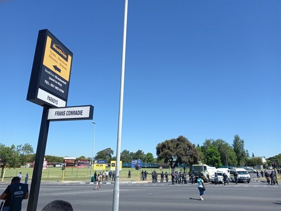 """There are a few stones left in the road after the first police-EFF confrontation near Brackenfell High School. (@itchybyte, Twitter)<br /><script async="""""""" charset=""""utf-8"""" src=""""https://platform.twitter.com/widgets.js""""></script><div><div class=""""css-901oao css-bfa6kz r-9ilb82 r-18u37iz r-1qd0xha r-a023e6 r-16dba41 r-ad9z0x r-bcqeeo r-qvutc0"""" dir=""""ltr"""" style=""""border:0px solid black;box-sizing:border-box;color:#6e767d;display:inline;font-variant-numeric:normal;font-variant-east-asian:normal;font-size:15px;line-height:1.3125;font-family:-apple-system, BlinkMacSystemFont, 'Segoe UI', Roboto, Helvetica, Arial, sans-serif;margin:0px;padding:0px;white-space:nowrap;overflow-wrap:break-word;max-width:100%;overflow:hidden;text-overflow:ellipsis;-webkit-box-direction:normal;-webkit-box-orient:horizontal;flex-direction:row;min-width:0px;background-color:#000000;""""><span class=""""css-901oao css-16my406 r-1qd0xha r-ad9z0x r-bcqeeo r-qvutc0"""" style=""""border:0px solid black;box-sizing:border-box;color:inherit;display:inline;font-style:inherit;font-variant:inherit;font-weight:inherit;font-size:inherit;line-height:1.3125;margin:0px;padding:0px;white-space:inherit;overflow-wrap:break-word;min-width:0px;""""><br /></span></div></div>"""