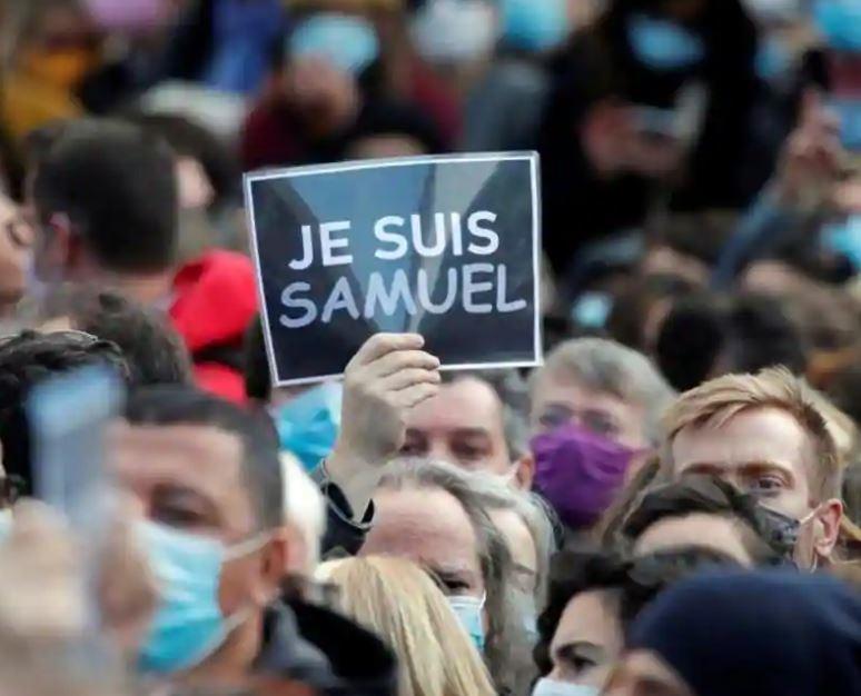 Twee leerlinge wat Samuel Paty (47), die onderwyser wat Vrydag in Parys op straat onthoof is, vir €300 (sowat R5700)…