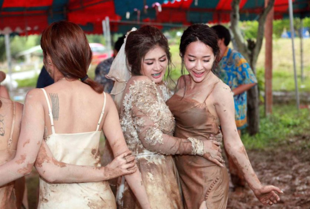 The rain was just the start of fun times for this bride and her bridesmaids who wouldn't let it dampen the day's mood. Image courtesy @phonphimol.arsa/ Newsflash/ Magazine Features