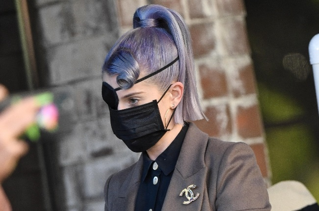 Kelly Osbourne proudly sports an eye patch after a makeup accident. (Photo: Gallo Images/Getty Images)