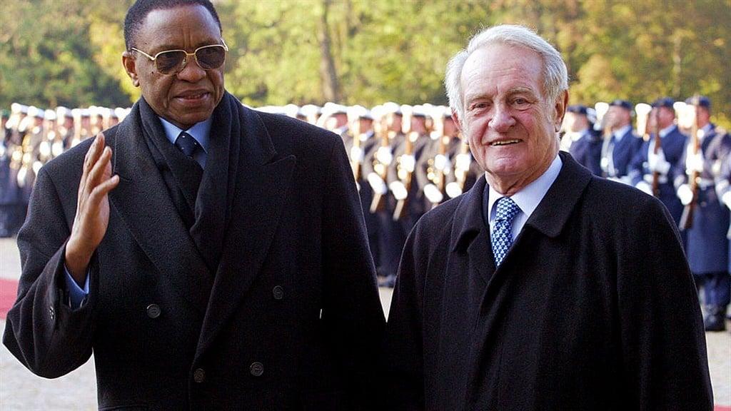 Former Niger president Tandja Mamadou (L) with German President Johannes Rau (R) in Berlin in 2003. (Photo: FABIAN MATZERATH/DDP/AFP via Getty Images)