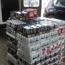 Man vas wat bier in werksbakkie vervoer