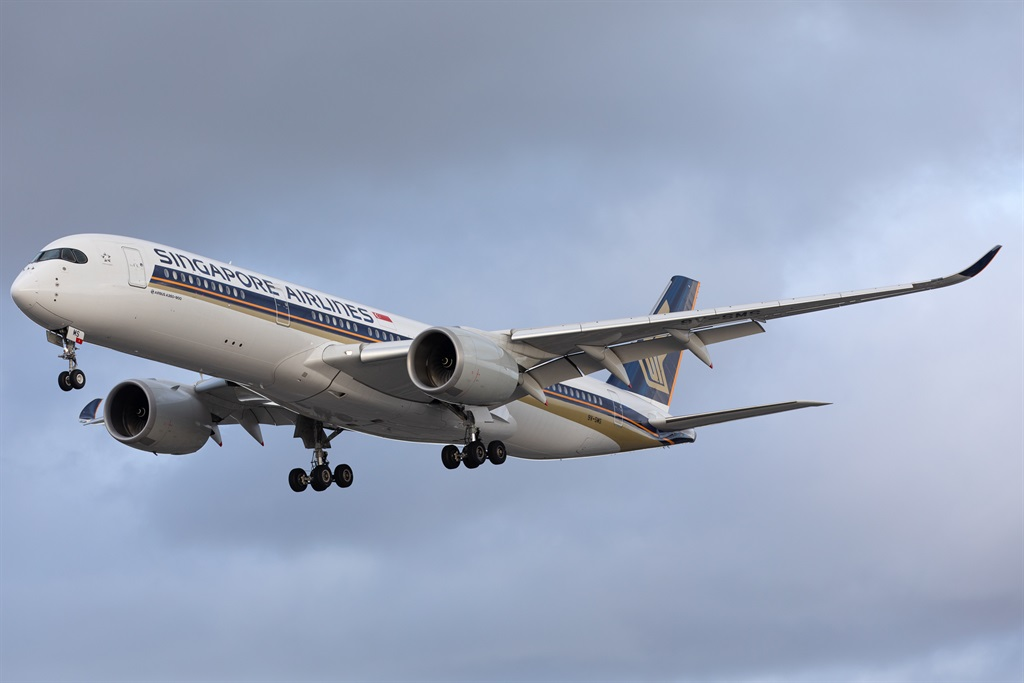 A Singapore Airlines Airbus A350 lands at London H