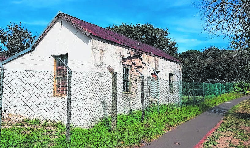 Cottage No 4 located on the side of Constantia Main Road has become and eyesore. A proposal to restore and utilise the landmark building as a heritage centre has been made.