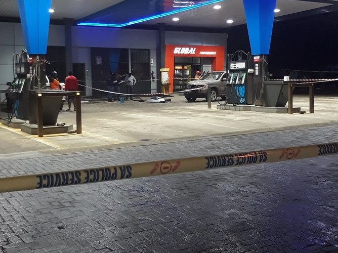 Gauteng police say a man who shot and killed himself in full view of motorists at a petrol station in Sharpeville on Tuesday had allegedly shot several people earlier in the evening. (Photo via @Membrane_ZA, Twitter)