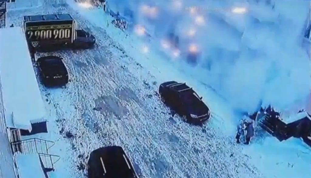 Sneeu val op 'n kar