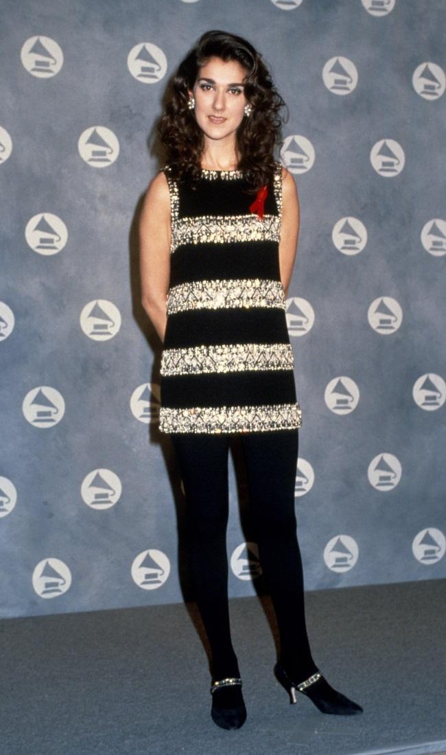Lejos de ser la que toma riesgos en la moda que es en estos días, Celine Dion jugó a lo seguro con medias en sus primeros premios Grammy en 1992. (CRÉDITO: Gallo Images / Getty Images)