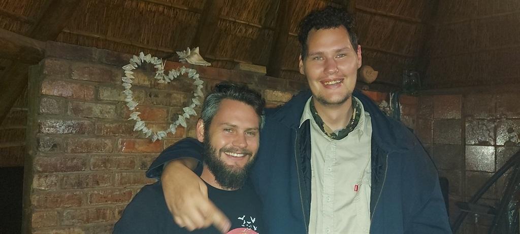 Jaco Visser is oor die twee meter lank. Hier is hy saam met sy broer, Christo. Christo is 1,88 m lank. Foto: Facebook/Annemarie Visser