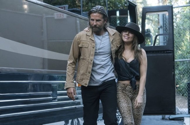 Lady Gaga and Bradley Cooper in A Star is Born. (C