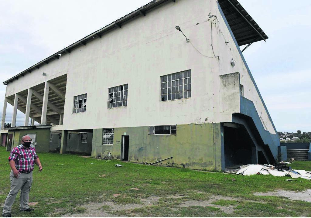 Marlon Booysen, 'n organiseerder vir die VF Plus, kyk na hoe die Sentrale-sportveld se pawiljoen wat nou die teiken van vandale is nadat die ou Swifts-klubhuis totaal vernietig is.                    Foto: Lulama Zenzile
