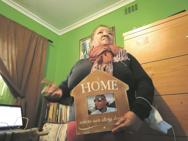 Avril Andrews het haar seun, Alcardo, 'n 'stem vir seuns' belowe. Foto's: Marzahn Botha