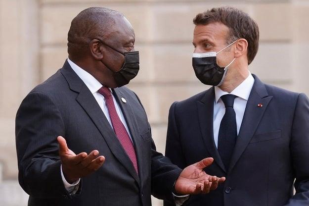 Frances President Emmanuel Macron (R) welcomes Sou