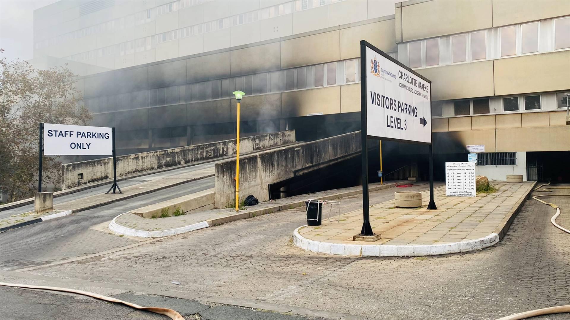 Die Charlotte Maxeke-hospitaal in Johannesburg het op 16 April groot skade gelei toe 'n brand daar uitgebreek het. Die hospitaal is sedertdien gesluit.  Foto: Twitter/ Gauteng Health