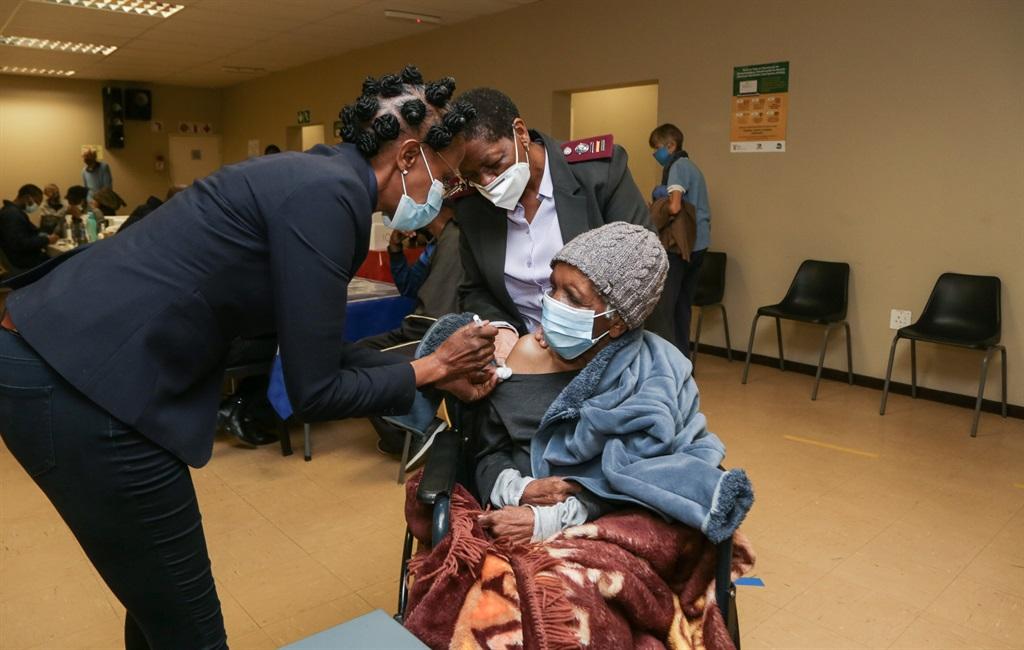 Hilda Senare (89), 'n oudverpleegster, ontvang haa
