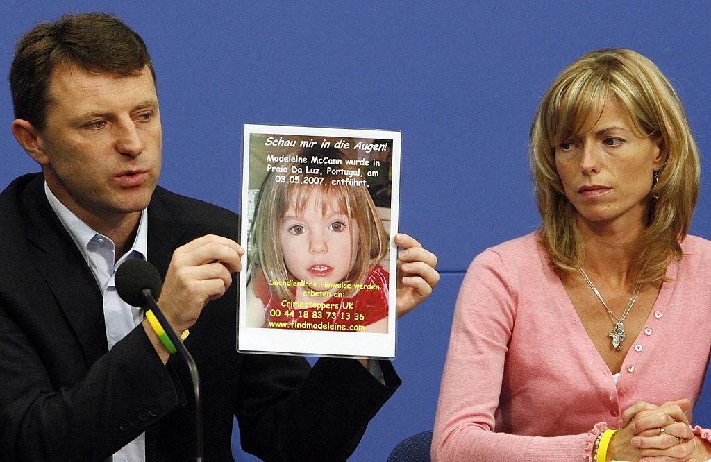 Gerry en Kate McCann met 'n foto van hul vermiste