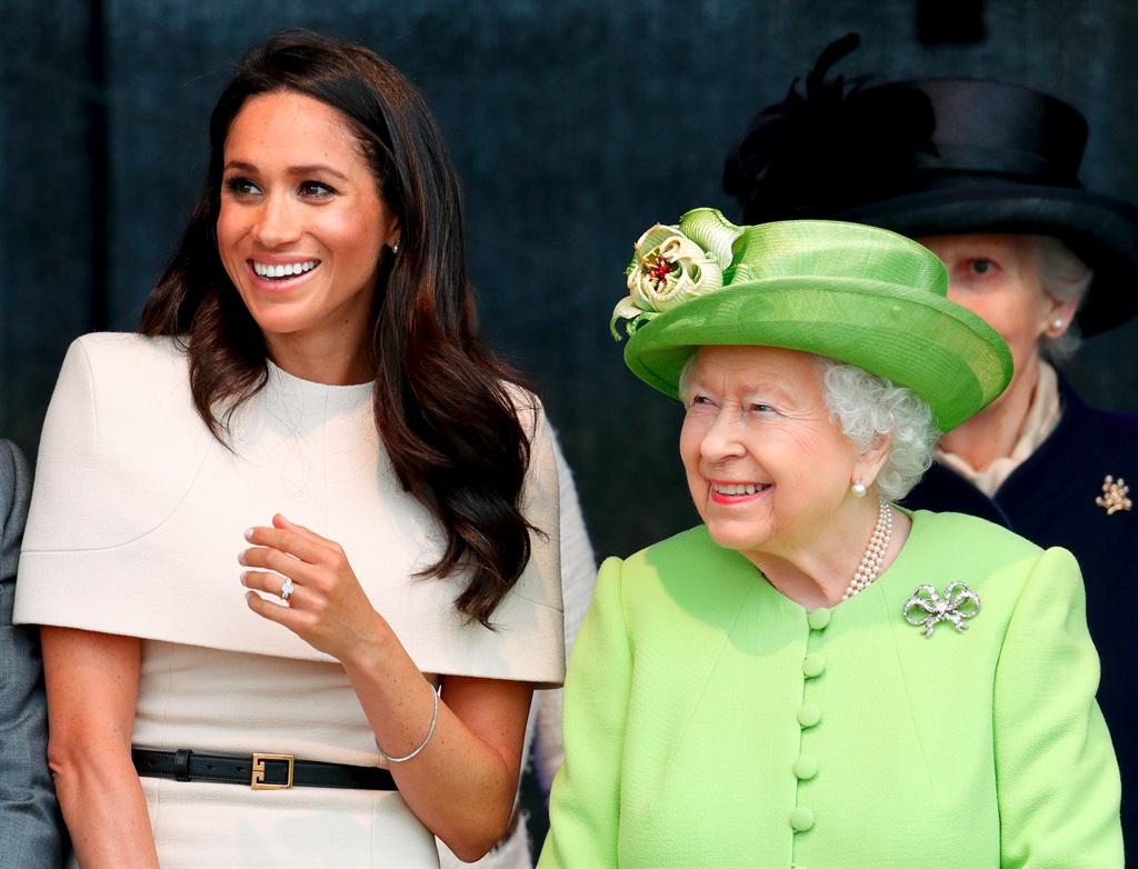 Lili se name bring hulde aan koningin Elizabeth. F