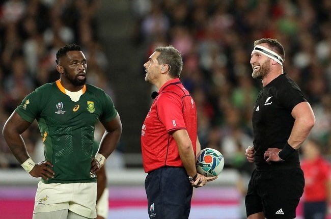 Siya Kolisi consults Jerome Graces in the 2019 World Cup. (Photo by Hannah Peters/Getty Images)