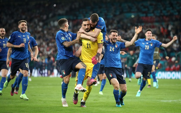 <p>Italian job, completed!&nbsp;</p><p>Donnarumma also bags himself the Player of the Tournament award. Well deserved!</p>