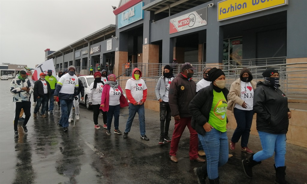 Northern area Gqeberha residents came out to protect Cleary Park Shopping Centre on Tuesday. (Photo: Mkhuseli Sizani, GroundUp)
