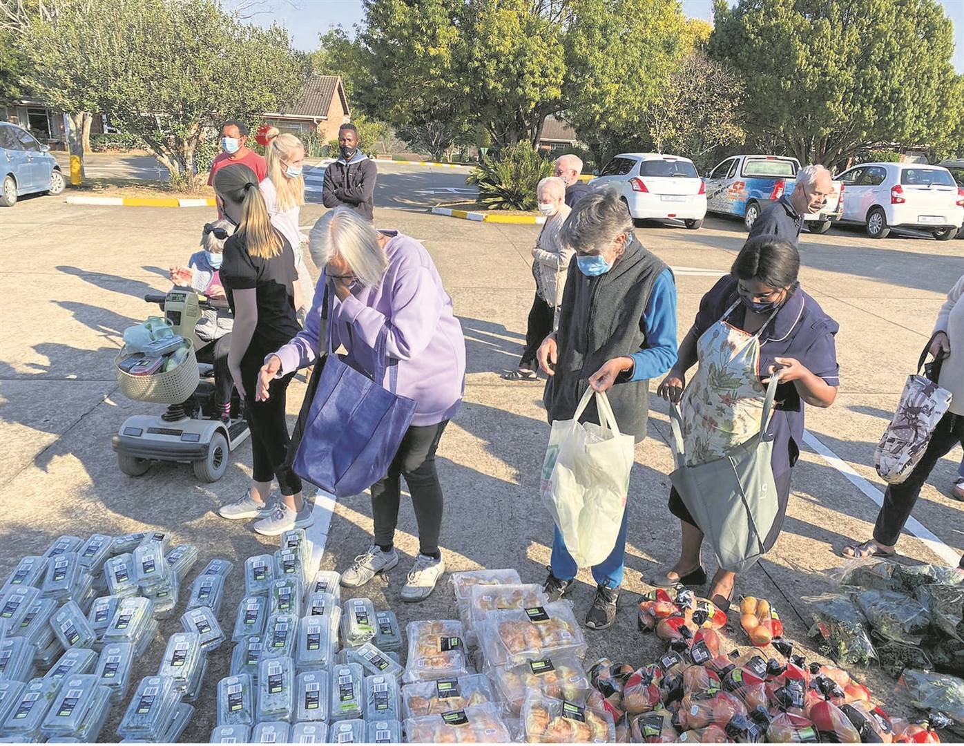 Residents from Amberfield Retirement Village were able to benefit from the Feeding Howick and the KZN Midlands project, which made food available to them in their parking area.