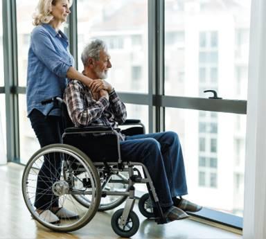 'n Parkinsonlyer kan hulpmiddels soos 'n rolstoel, loopraam of kierie kry om hulle te help beweeg. Foto: Getty Images/Gallo Images