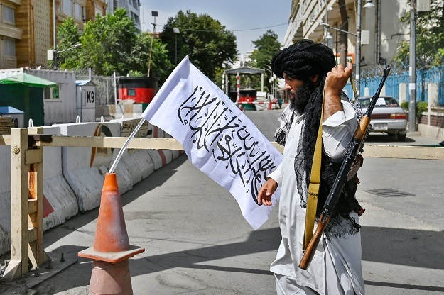 News24.com   PICS   Taliban sets up checkpoints in Kabul as some residents return to work