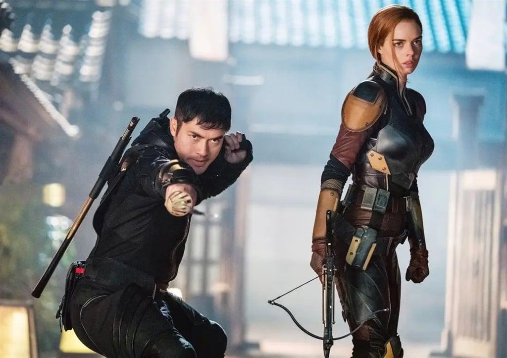 Henry Golding en Samara Weaving in aksie in Snake Eyes: G.I. Joe Origins.